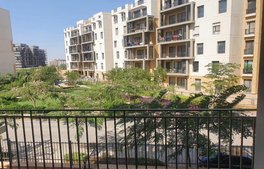 شقة بموقع مميز للبيع كمبوند ايستاون التجمع الخامس